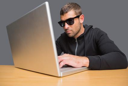 Hacker avec des lunettes